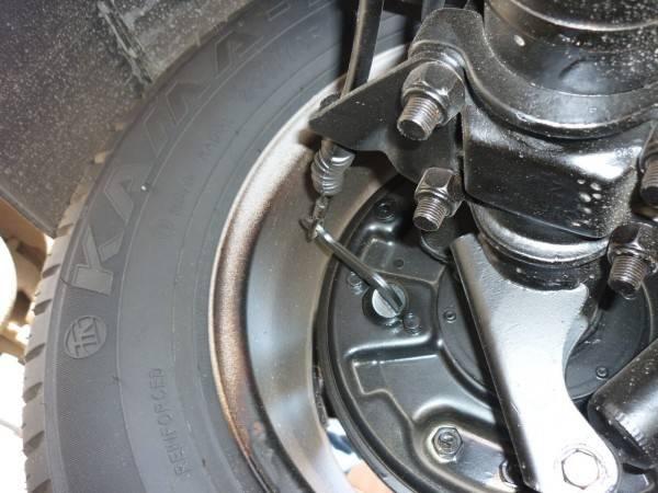 Механизм привода заднего ручного тормоза