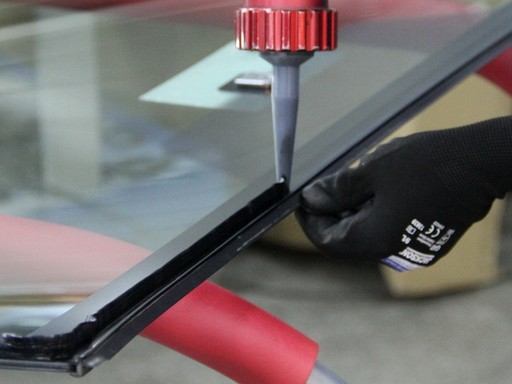 нанесение герметика на стекло автомобиля